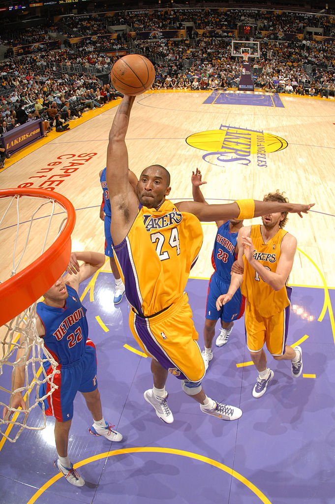Kobe Bryant #24 of the Los Angeles Lakers goes up for a dunk against the Detroit Pistons at Staples Center | Photo: Getty Images