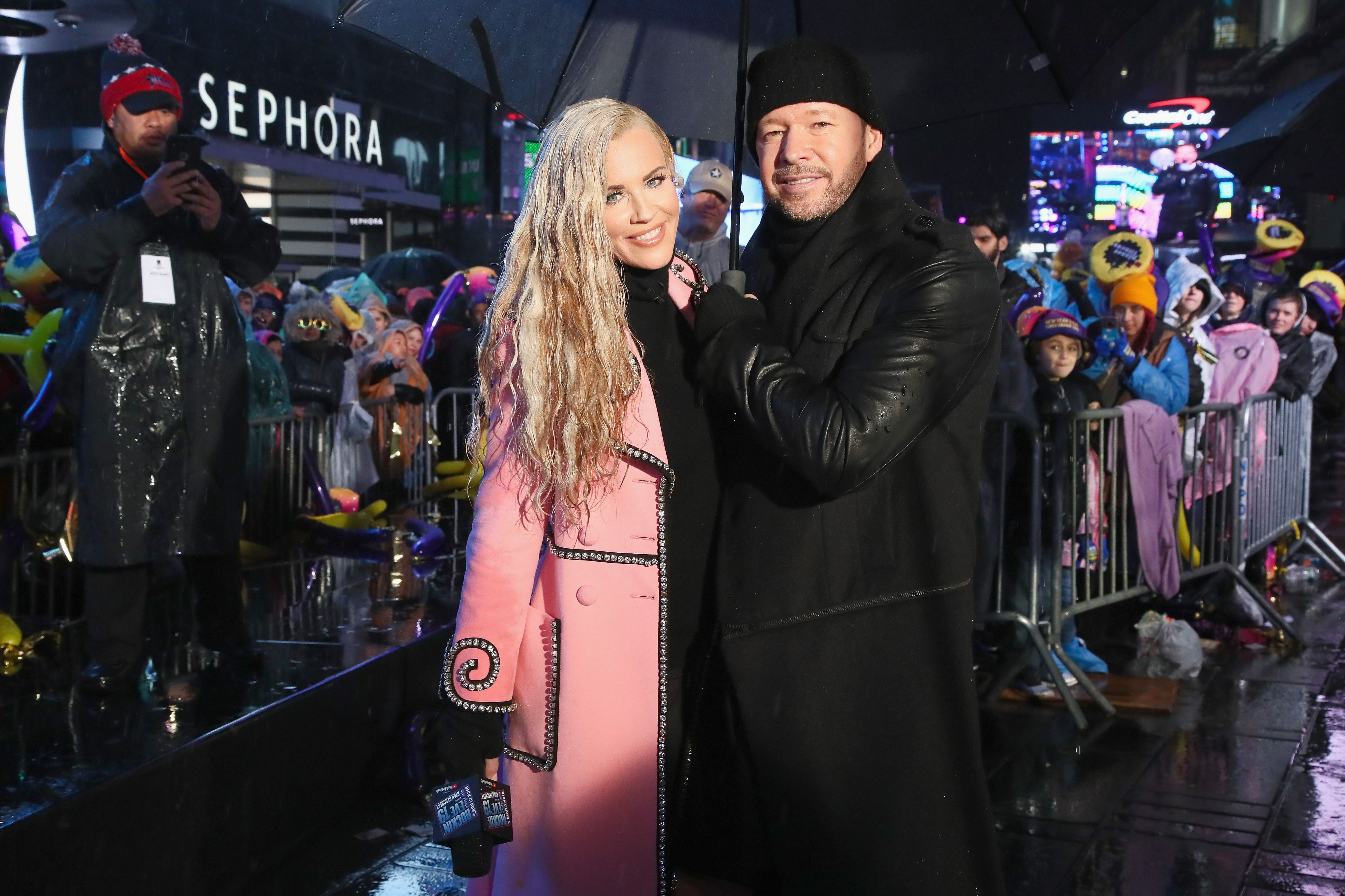 Jenny McCarthy and Donnie Wahlberg pose during Dick Clark's New Year's Rockin' Eve With Ryan Seacrest 2019 on December 31, 2018 in New York City. | Photo: Getty Images.