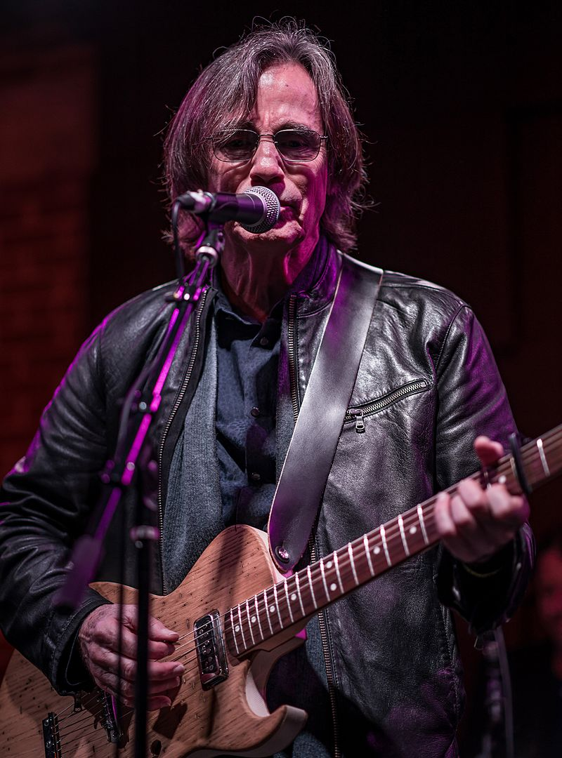 Jackson Browne performing live at the Unsung Heroes tribute, January 2017. | Source: Wikimedia Commons/Justin Higuchi