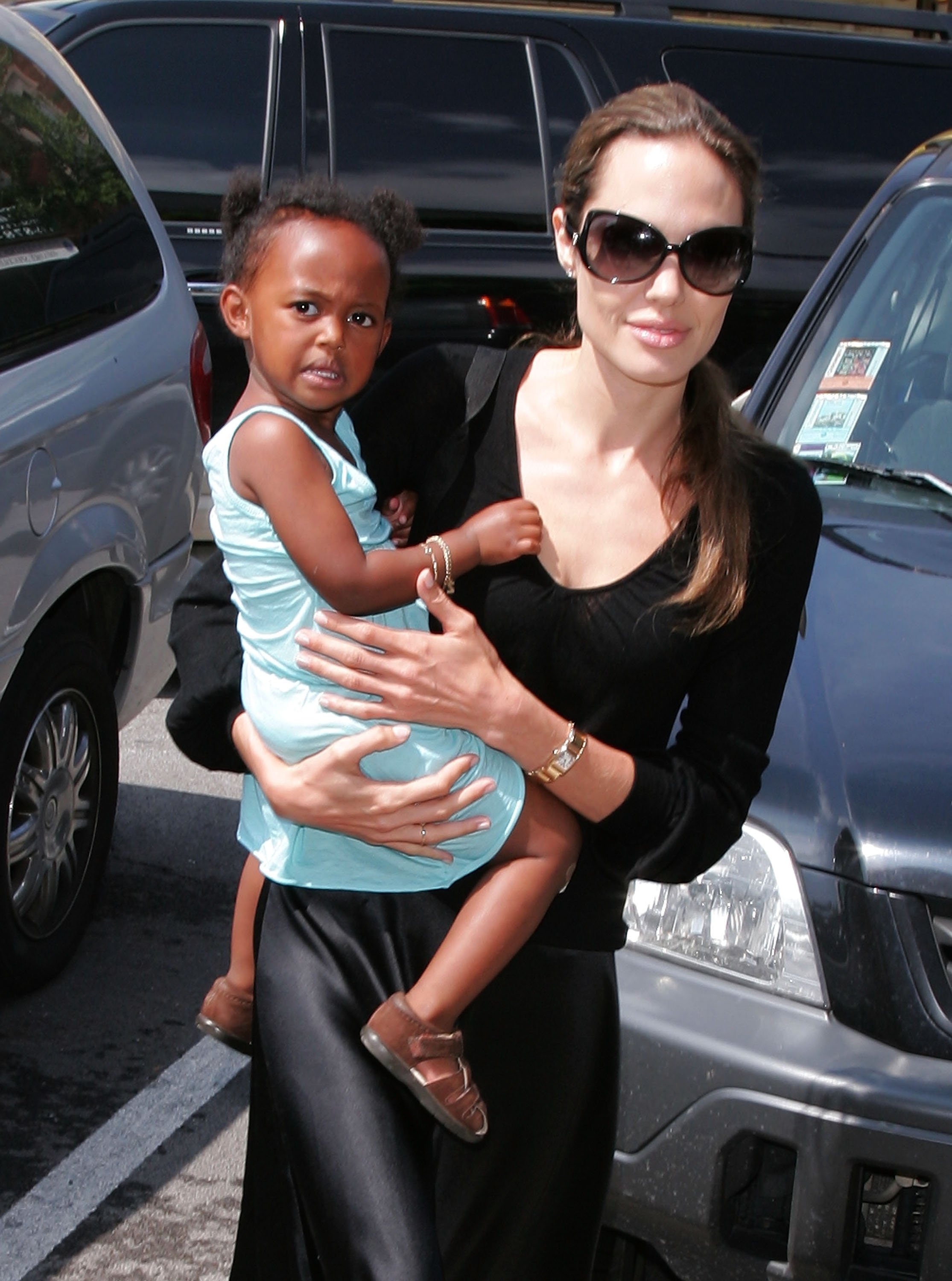 An adorable throwback on Angelina Jolie holding her daughter Zahara Jolie-Pitt in Chicago, 2007. | Photo: Getty Images