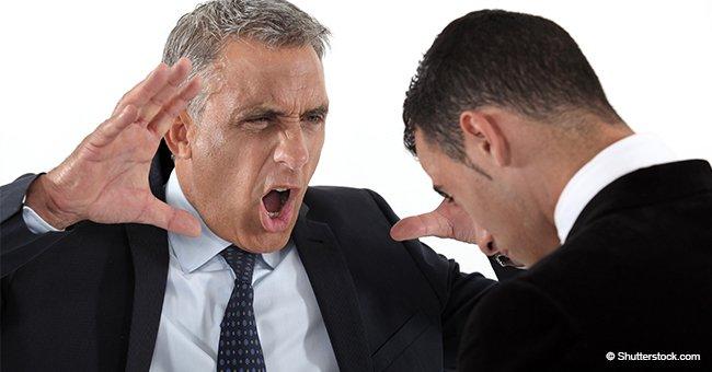 Un patron désagréable a crié sur un employé devant ses collègues de travail