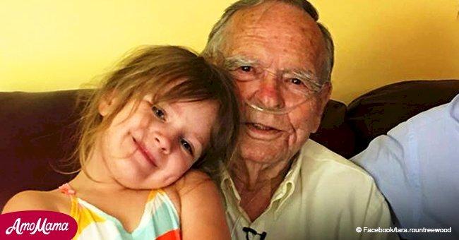 Une fillette de 4 ans a trouvé son meilleur ami dans le magasin, et il a presque 80 ans de plus qu'elle