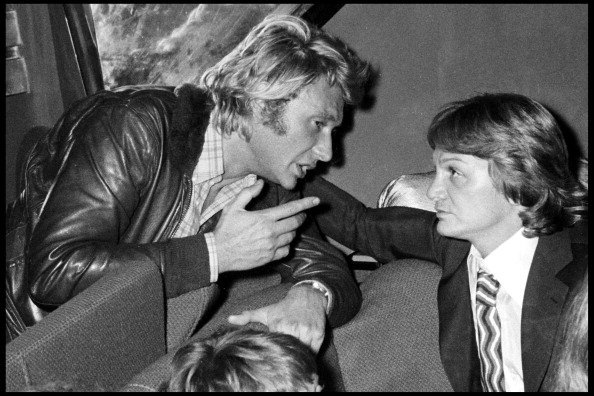 Johnny Hallyday et Claude François lors d'une fête à Paris - 1976. | Photo : Getty Images