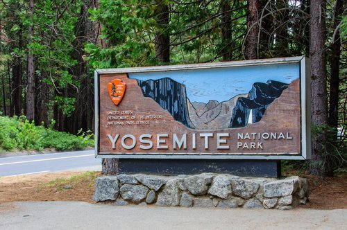 Welcome sign at the entrance of Yosemite National Park in California. | Source: Shutterstock.
