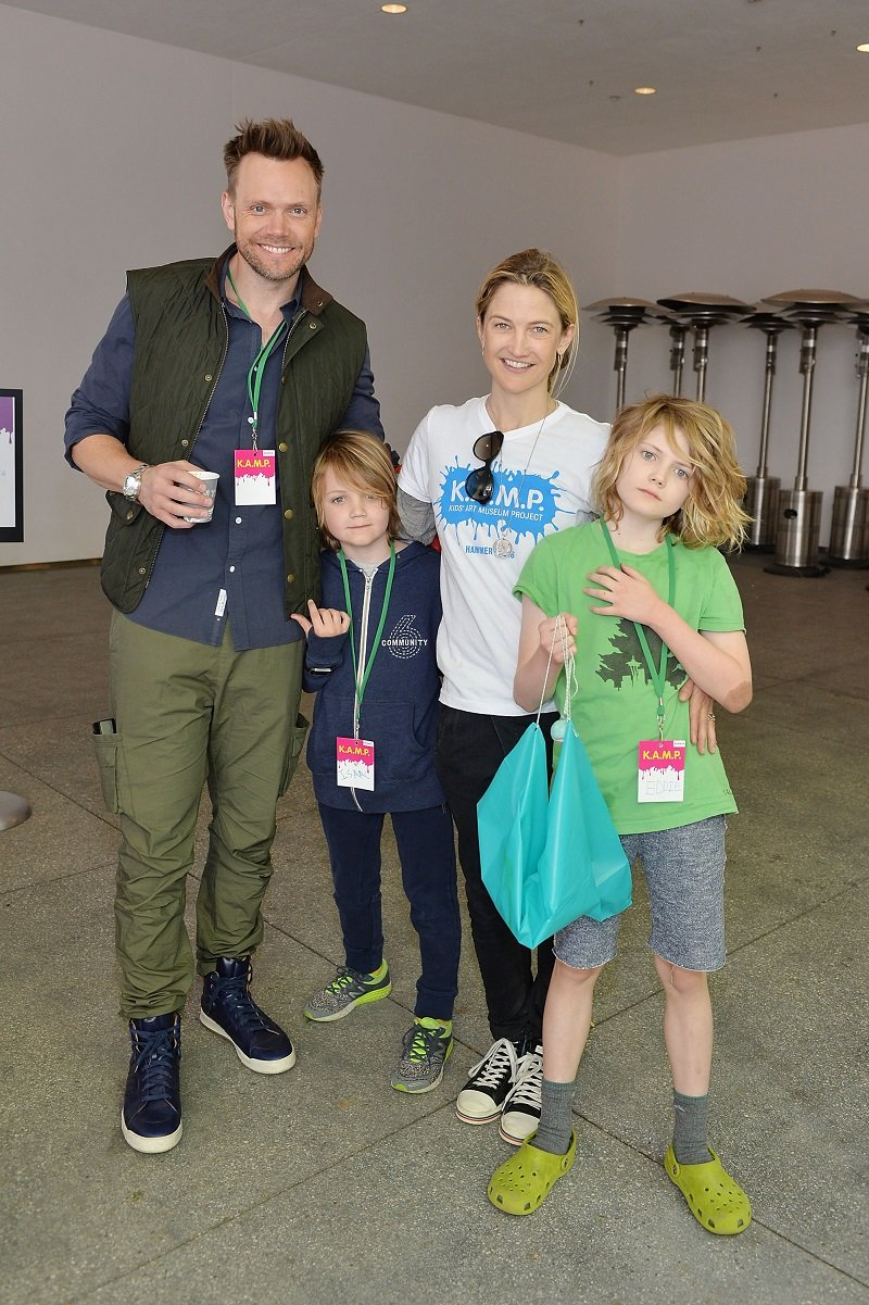 Joel McHale, his wife Sarah Williams, and their children Isaac and Eddie on May 22, 2016 in Los Angeles, California | Photo: Getty Images