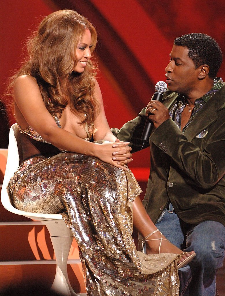 Babyface sings to Beyonce during a tribute for Destiny's Child in 2005. | Photo: Getty Images