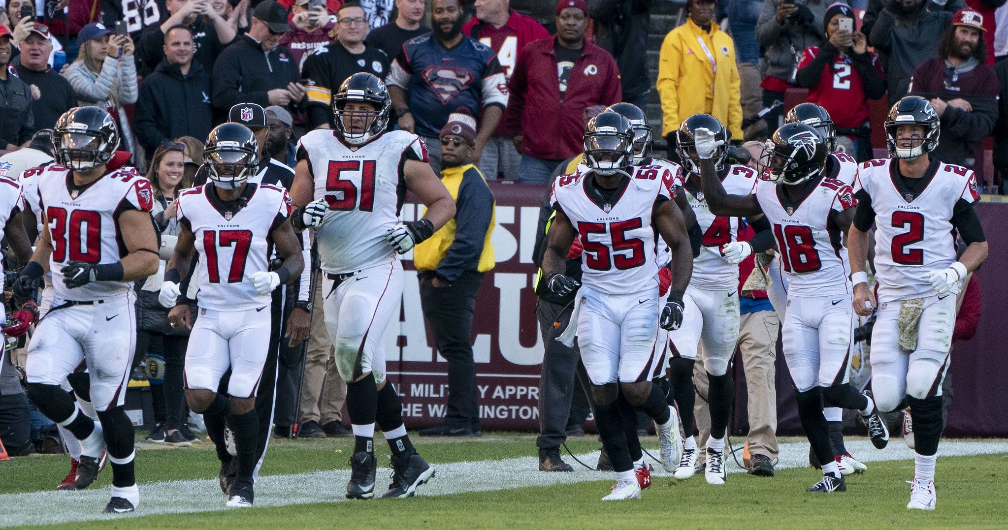 Members of the Atlanta Falcons on the field at FedExField on November 4, 2018 | Photo: Flickr/KA Sports Photos