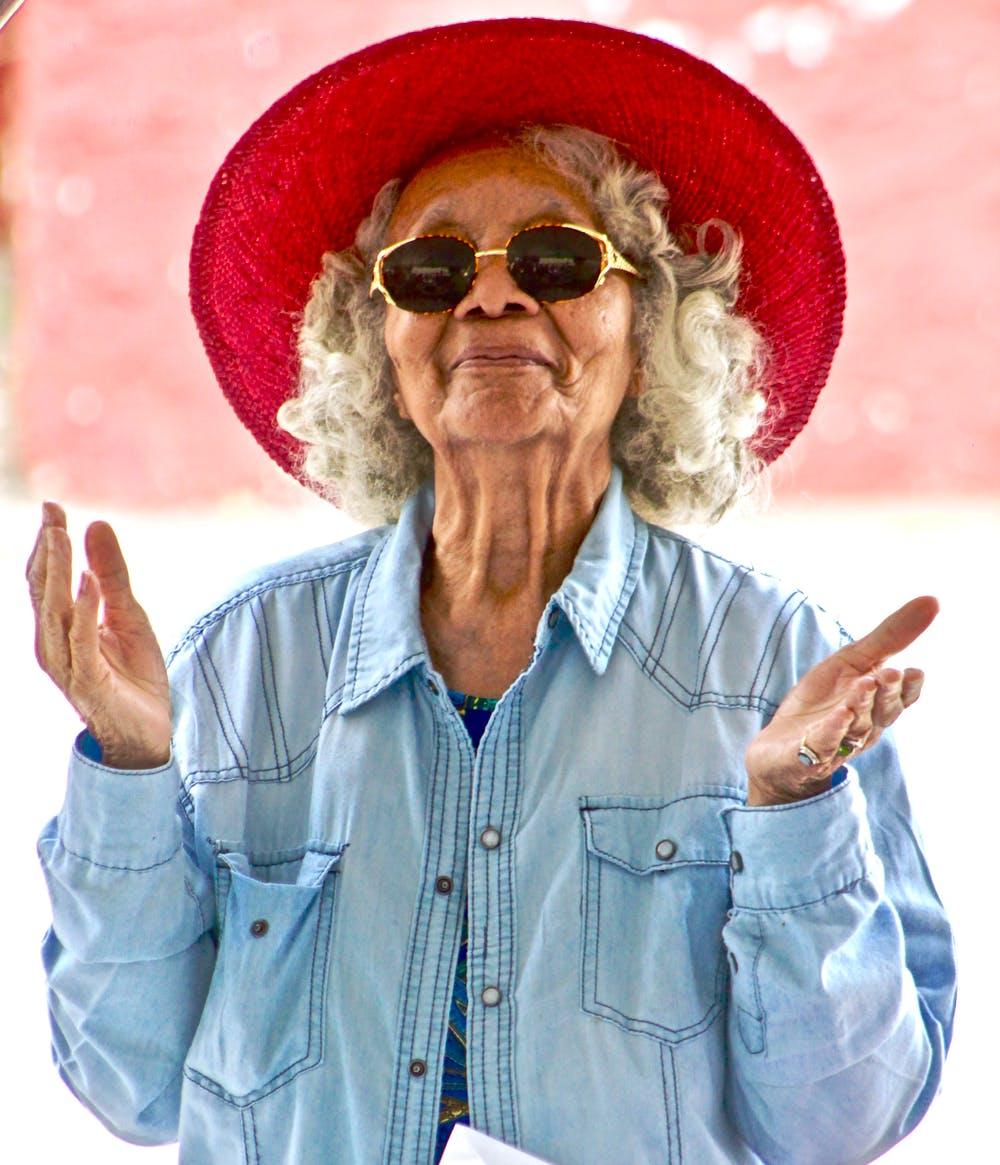 Une vielle dame portant des lunettes et un chapeau | Photo: Pexels