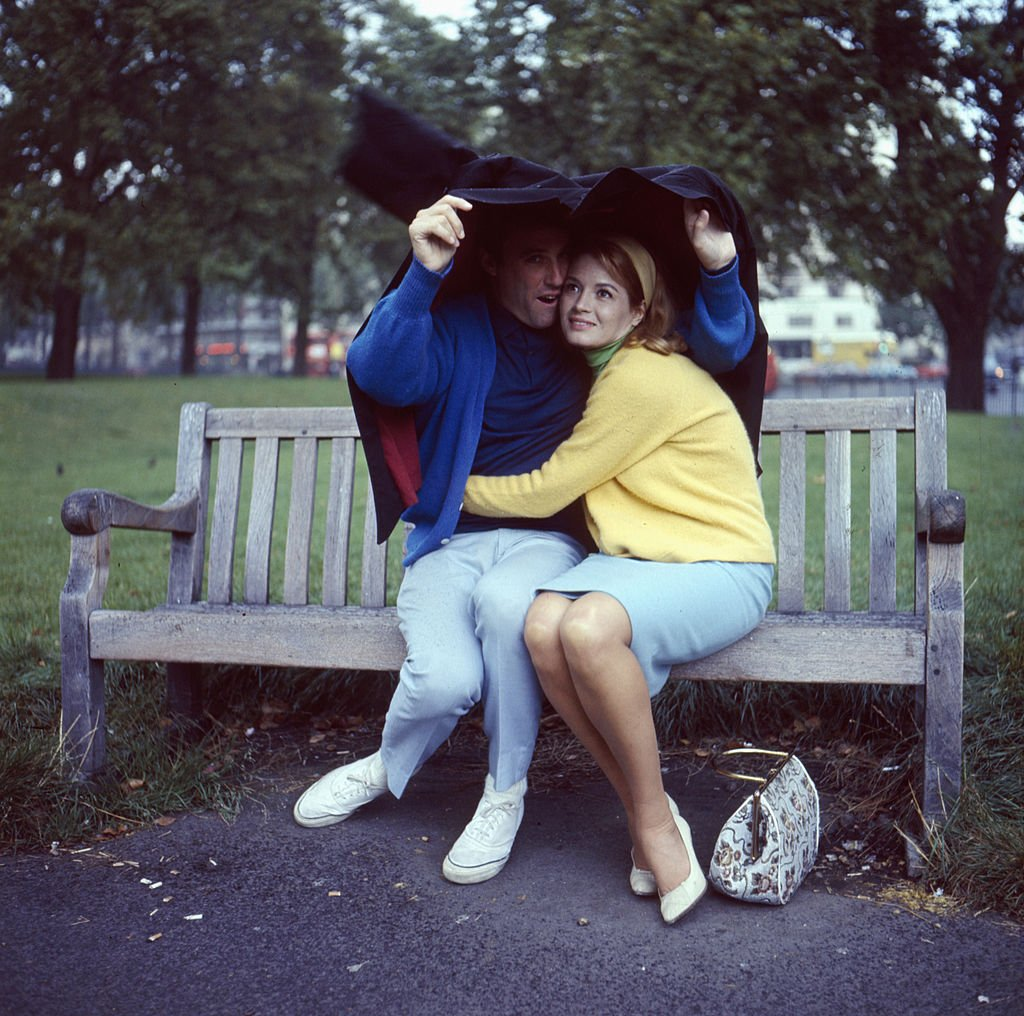 Burt Bacharach and his wife Angie Dickinson in a London park in 1966 | Photo: Getty Images