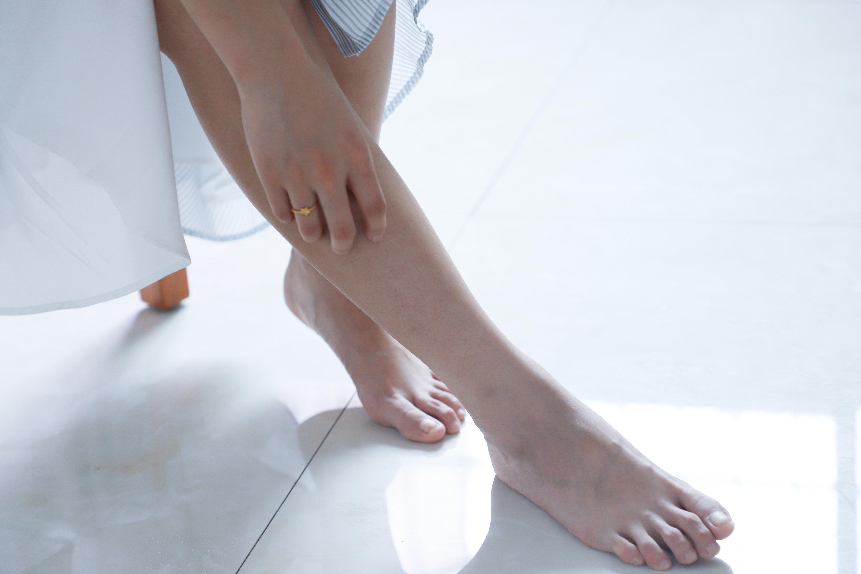 Mujer descalza.   Foto: Flickr