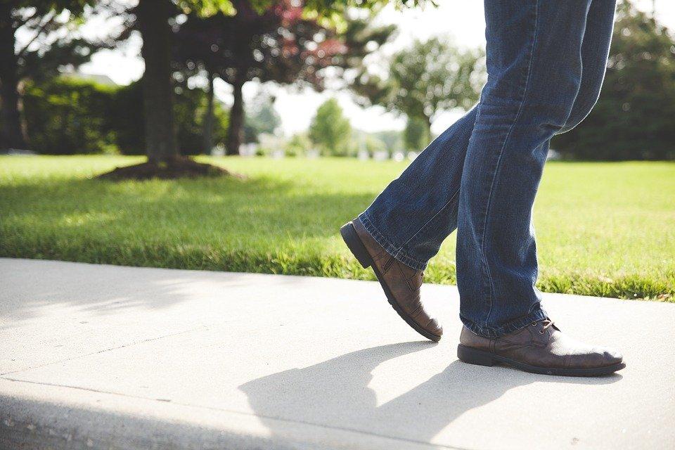 Un homme qui marche. | Image : Pixabay