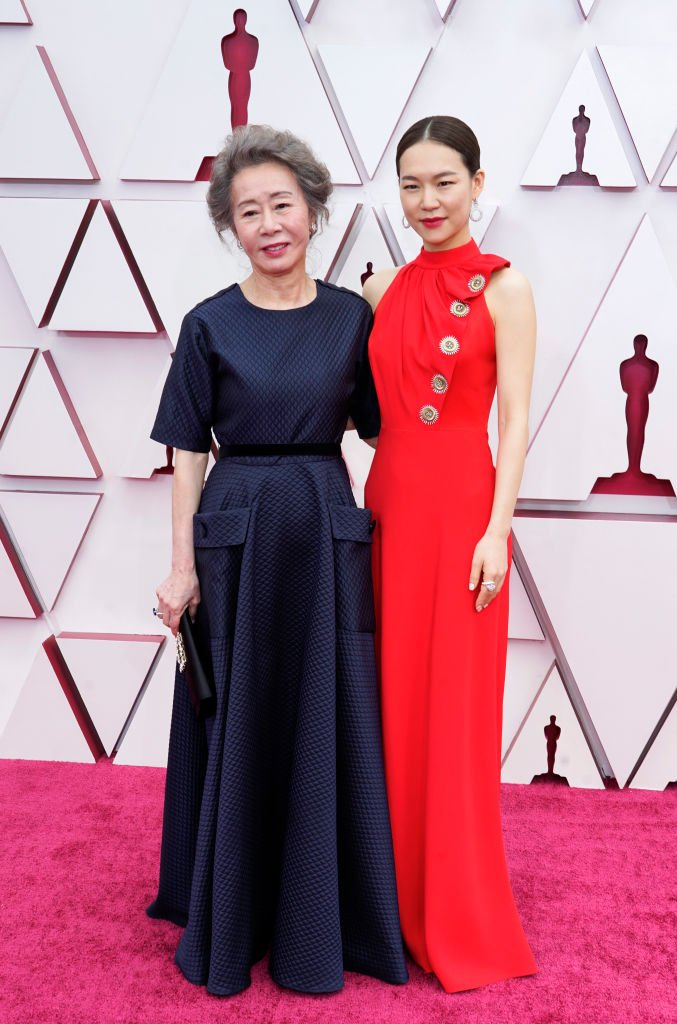 Youn Yuh-jung et Han Ye-ri assistent à la 93e cérémonie des Oscars à Union Station le 25 avril 2021 à Los Angeles, Californie. | Photo : Getty Images