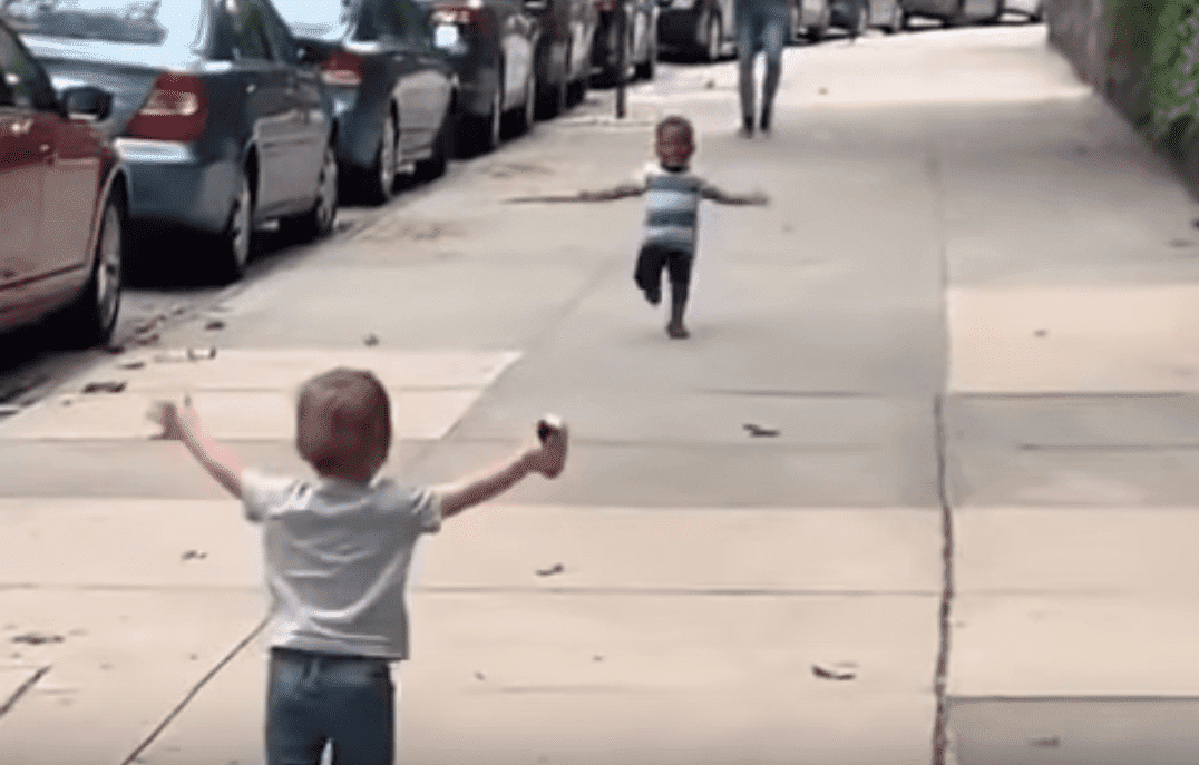 Maxwell and Finnegan running to each other on NY street | Photo: Facebook.com/MichaelDCisnerosNYC