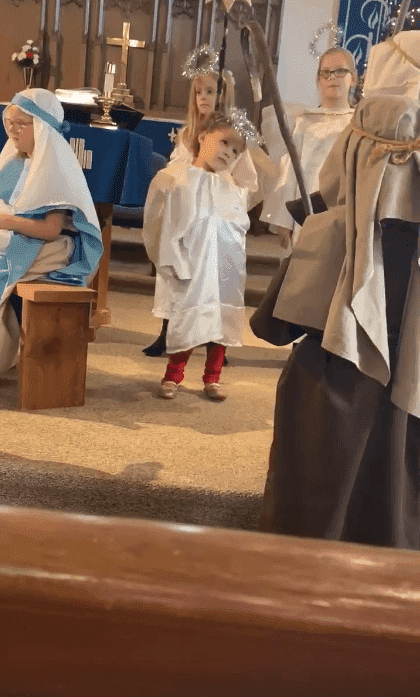 Isabella Grace during a Christmas pageant. | Photo: Facebook/Leslie Webb