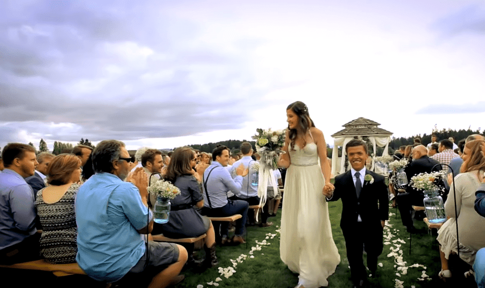 Tori and Zach Roloff walking down the aisle at the Roloff family farm on July 25, 2015 | Photo: YouTube/Nicki Swift