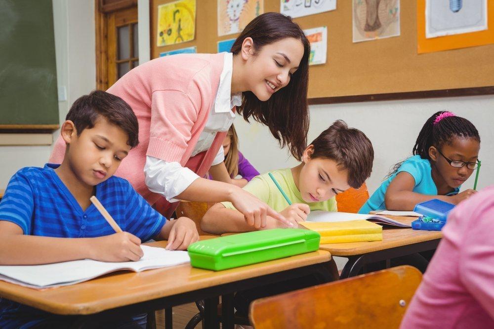 Lehrerin und Klasse | Quelle: Shutterstock