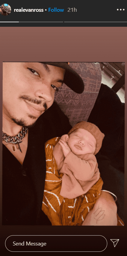 Evan Ross takes a selfie with his little baby Ziggy in is arms. | Photo: Instagram/@realevanross