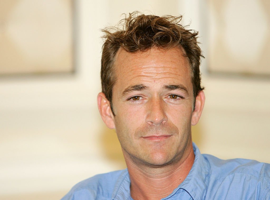 Actor Luke Perry listens during a news conferene at the Video Software Dealers Association's annual home video convention at the Bellagio July 26, 2005 | Photo: Getty Images