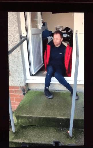 Kenneth rampant de sa maison | Photo: Facebook/Angela Murphy