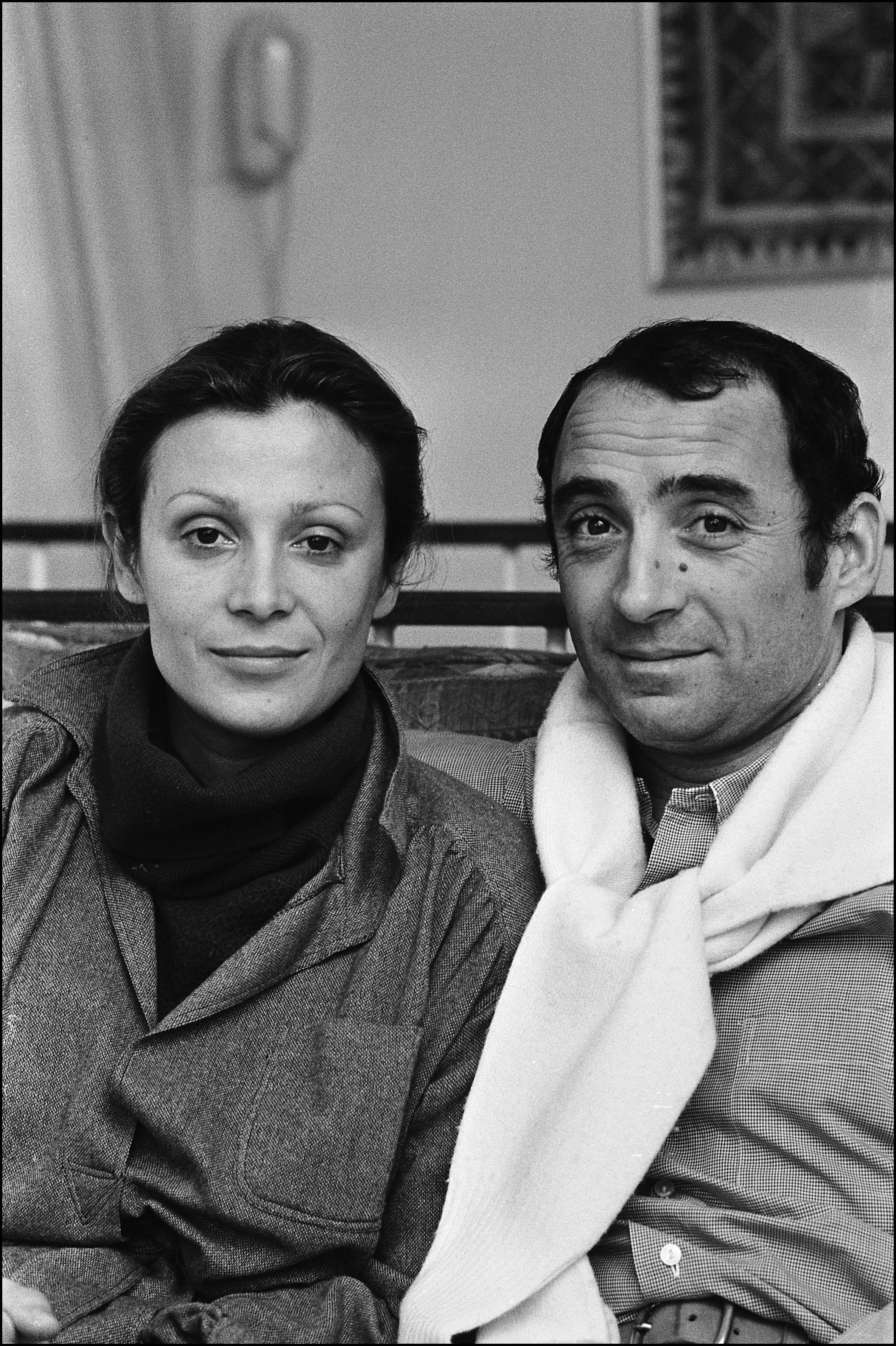 Portrait de Claude Brasseur et sa femme Michèle Cambon, en 1974. | Photo : Getty Images