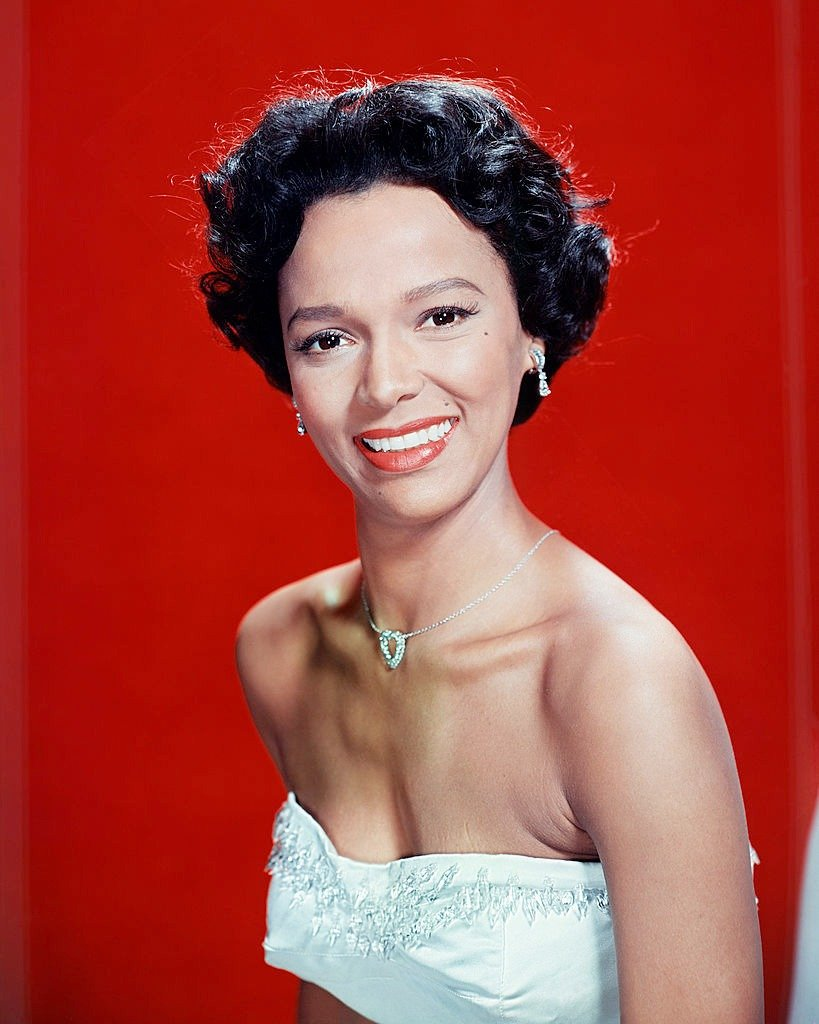 American actress and singer Dorothy Dandridge wearing a strapless dress, circa 1955   Photo : Getty Images