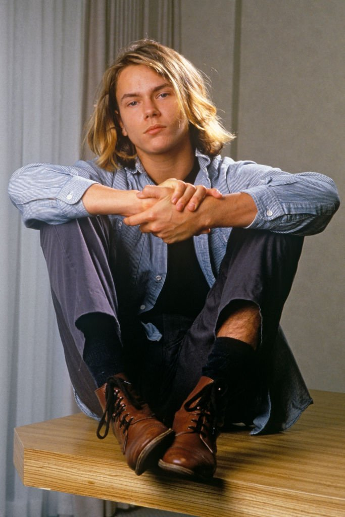 "River Phoenix, star de ""Stand By Me"", pose de manière ludique lors d'une séance de portrait photo à Los Angeles en 1988. 
