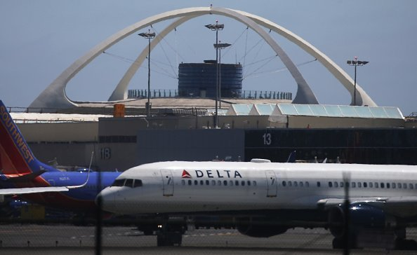A Delta plane taxis at Los Angeles International Airport on July 12, 2018, in Los Angeles, California. | Photo: Getty Images
