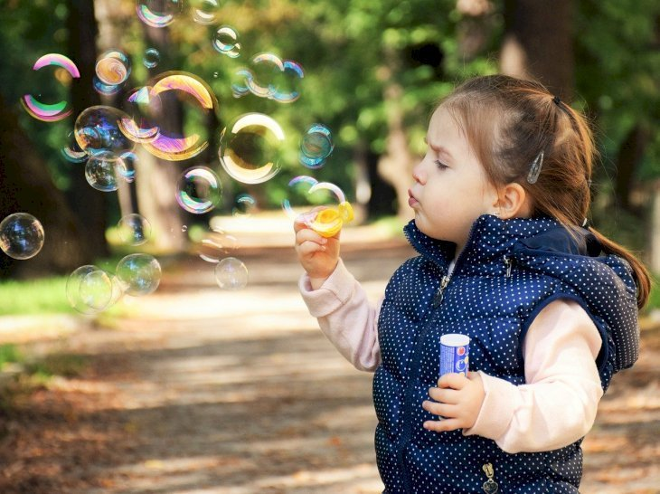 Toddler blowing bubbles | Photo: Pixabay