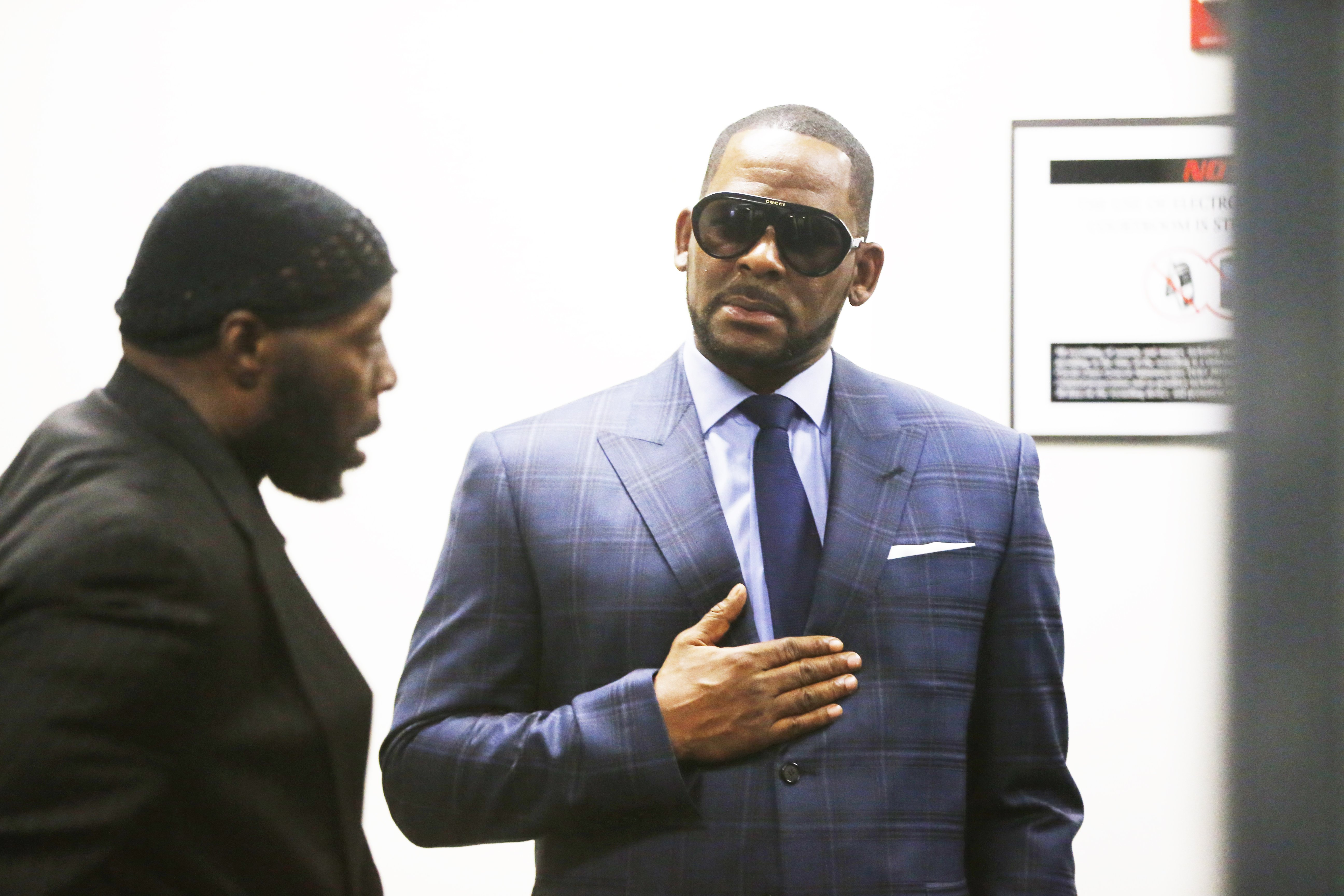 R. Kelly arrives at the Daley Center for his hearing on March 6, 2019 in Chicago, Illinois.   Photo: GettyImages