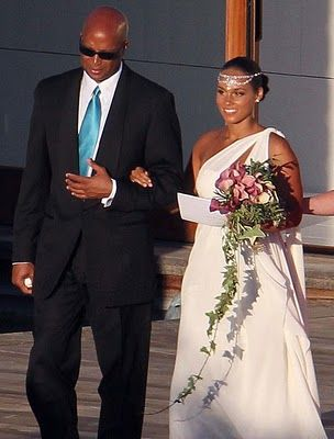 Singer, Alicia Keys being escorted down the aisle by her father, Craig Cook | Photo: Wikimedia Commons
