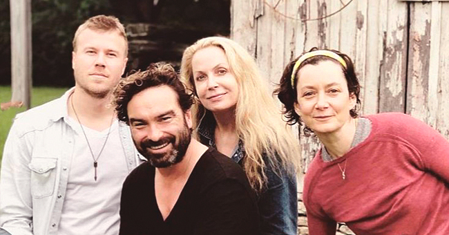 Sara Gilbert and 'Roseanne' Co-Star Johnny Galecki Reunite in Pictures