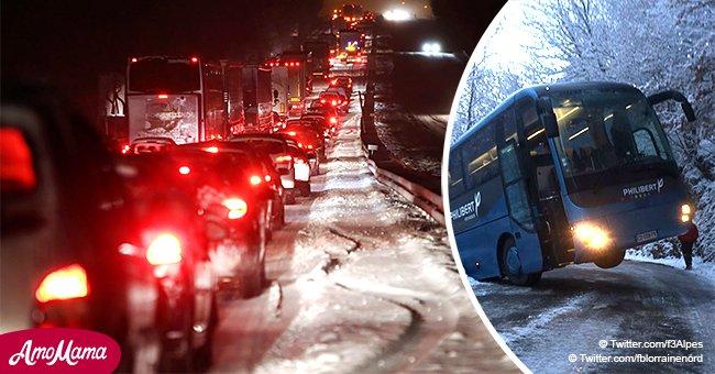 Le conducteur a perdu le contrôle sur une route glissante : la moitié de l'autobus avec des passagers plane au dessus du fossé