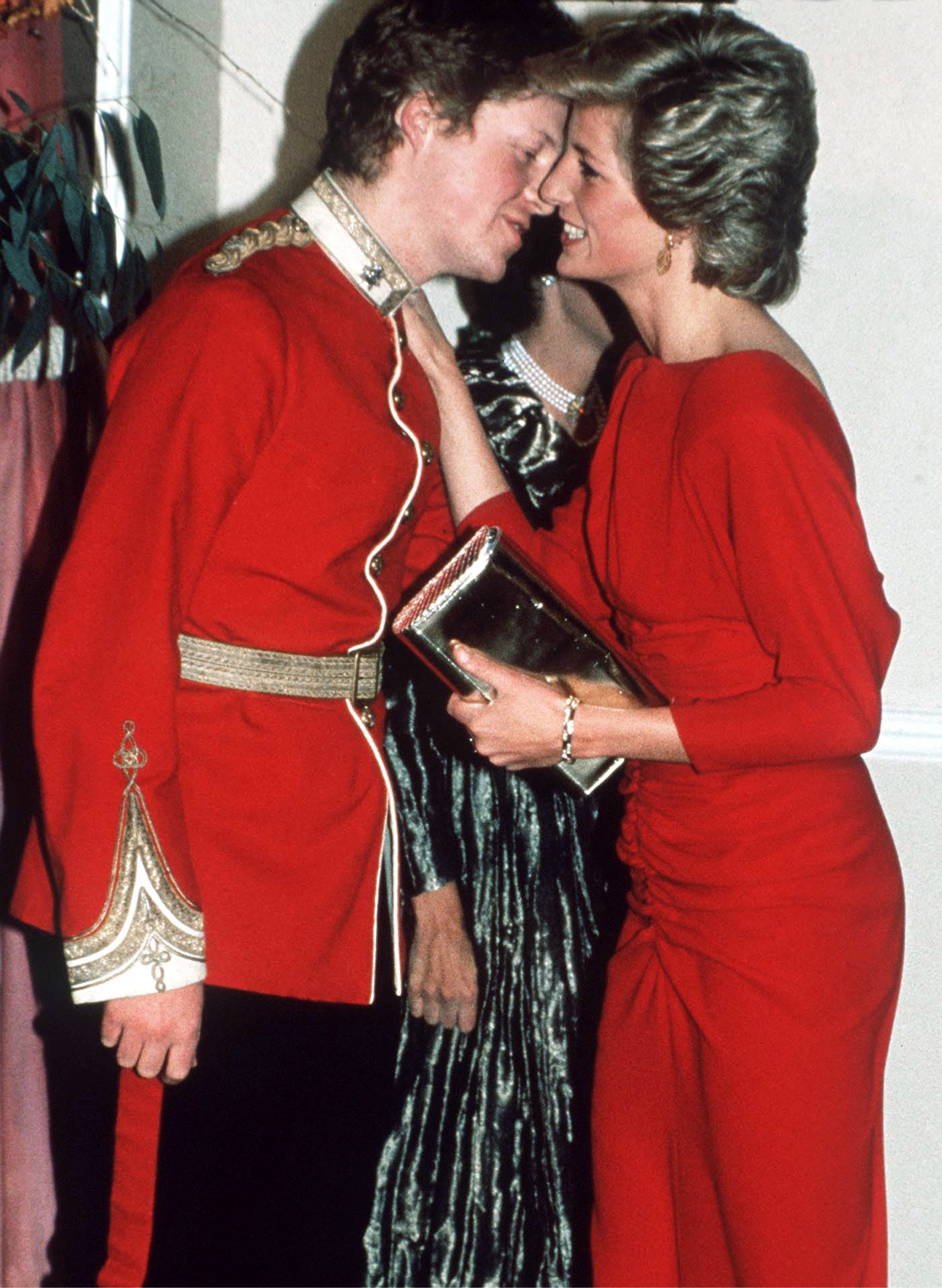 Princess Diana kissing her brother, Charles Spencer at the Birthright Red Ball on November 21, London | Photo: Getty Images