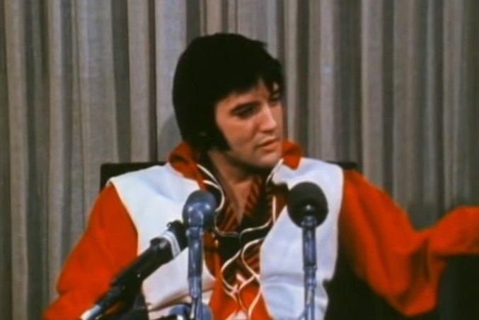 Elvis Presley in the 1974 interview filmed in Texas.| Photo:YouTube/ Josinho 1989.
