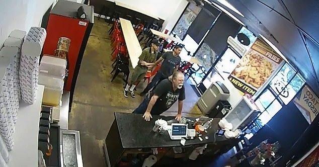 Cliente apoyado contra el mostrador.    Imagen:  YouTube /ABC13 Houston