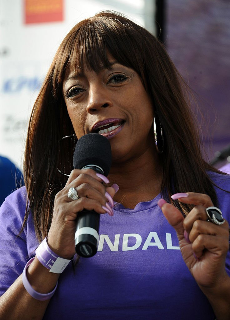 Actress Bern Nadette Stanis particpates in Alzheimer's Association 21st Annual Walk To End Alzheimer's held at Century Park | Photo: Getty Images