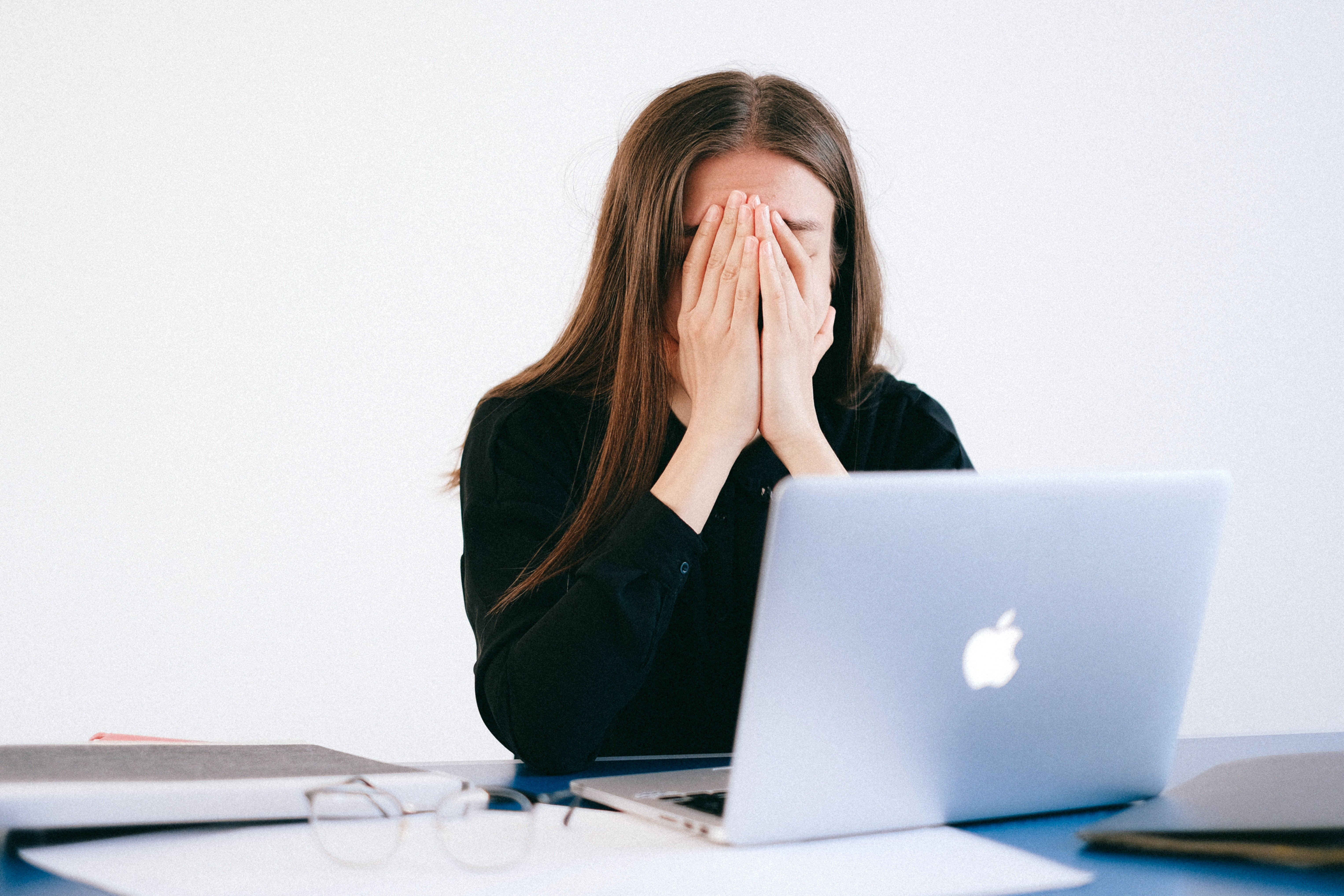 Depressed woman hiding her face | Photo: Pexels