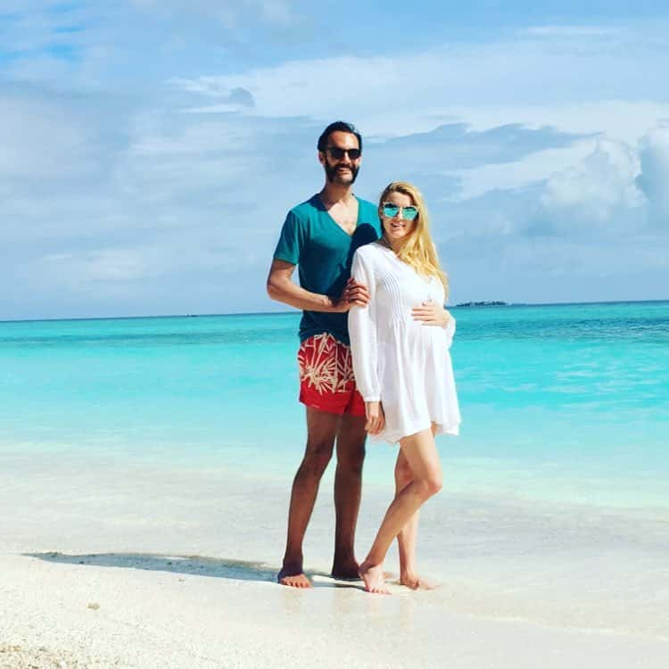 A pregnant AnnaRose King enjoying the beach with her husband, Michal Telis in July, 2016. | Photo: Facebook/ Michael Telis.