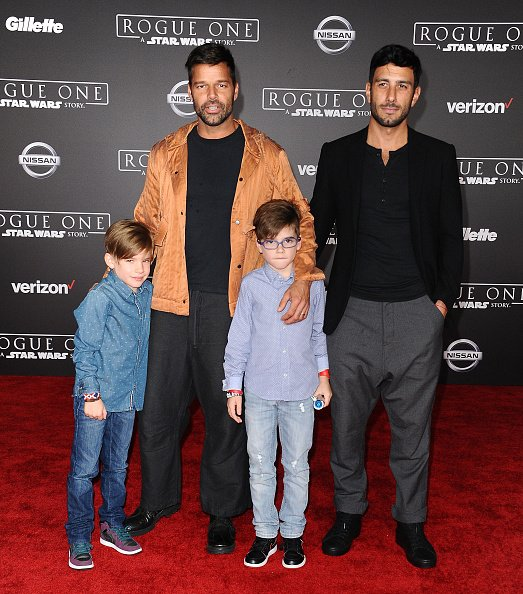 Ricky Martin, Jwan Yosef et ses fils Matteo Martin et Valentino Martin au Pantages Theatre le 10 décembre 2016 à Hollywood, Californie. | Photo : Getty Images