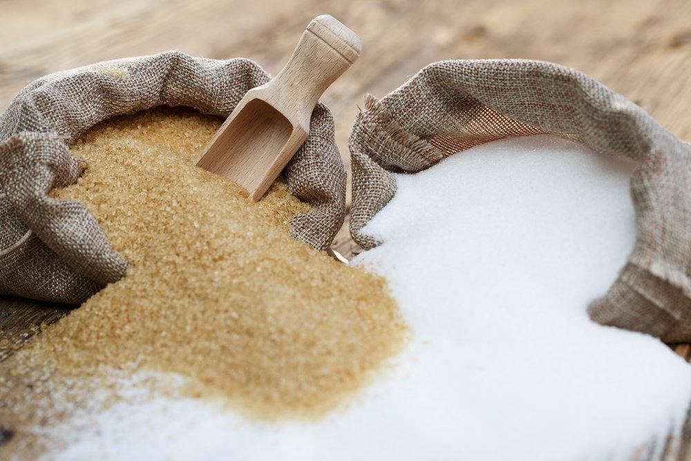 Des sacs de sucre blanc et brun.   Shutterstock