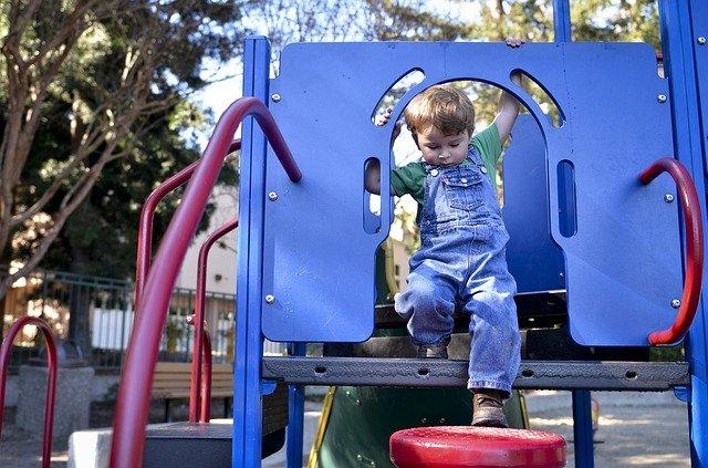 Niño jugando en un parque infantil. Fuente: Pixabay