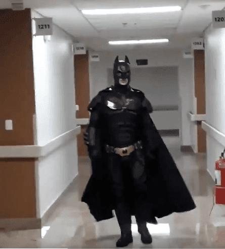 Le docteur se déguise en Batman | Source : Twitter / El lìmite Del Bien