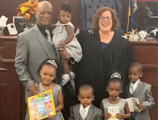 Lamont Thomas and his five foster kids | Photo: Twitter/Good Morning America
