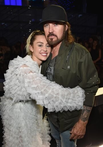 Miley Cyrus and Billy Ray Cyrus at the 2017 Billboard Music Awards | Photo: Getty Images