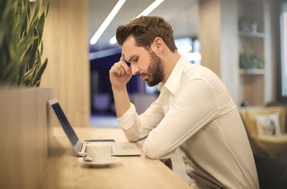 Un homme regardant un ordinateur portable | Source : Pexels