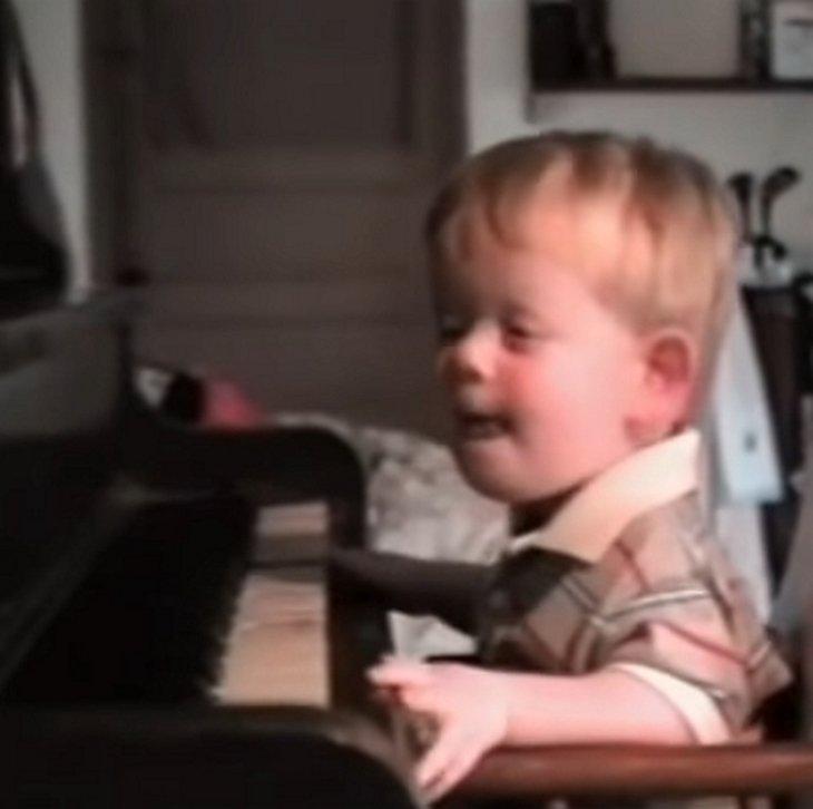 Patrick devant son premier piano. l Source: YouTube/Dawn's Heartfelt Corner