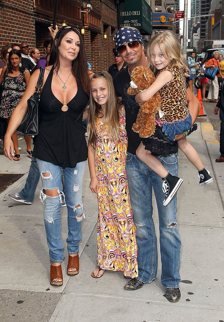 Kristi Lynn Gibson, Raine Elizabeth Sychak, Bret Michaels and Jorja Bleu Sychak at the Ed Sullivan Theater on July 12, 2010 in New York City | Photo: Getty Images