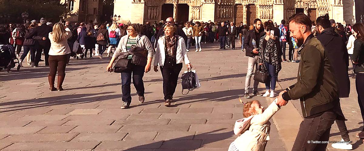 La photo prise du père et de sa fille devant Notre-Dame avant l'incendie est devenue virale