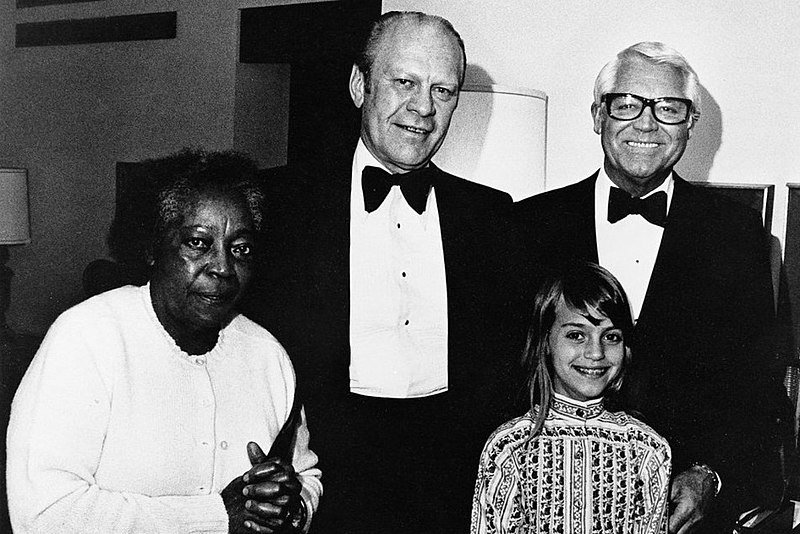 Jennifer and Cary Grant, Gerald Ford (top center), maid Willie in 1976 at the Century Plaza Hotel President's Suite, Los Angeles | Source: Wikimedia Commons
