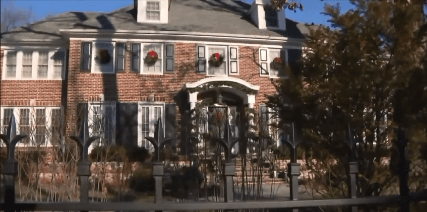 """Front view of the """"Home Alone"""" mansion   Photo: Youtube /  CBS 17"""